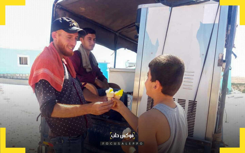 بائع بوظة متجوّل في واحد من مخيمات إدلب